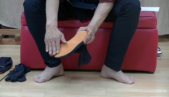 地下足袋は昔の作業靴、後ろをコハゼでピッタリ留めましょう!