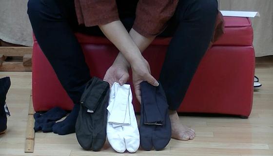 地下足袋の色は、白、黒、それから紺があります。